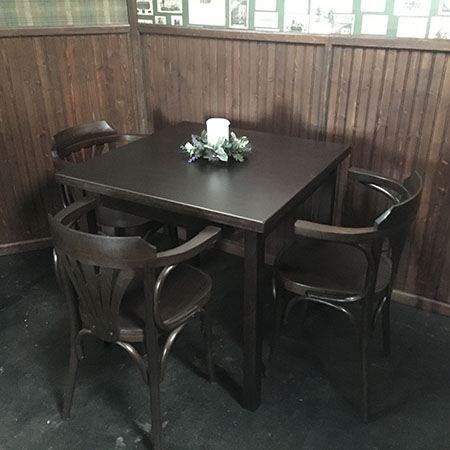 Bruin café tafel met stoelen